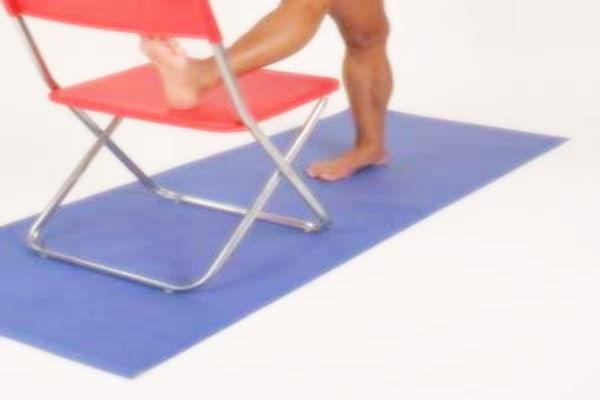 Istezanje nogu i stražnjice sa stolcem